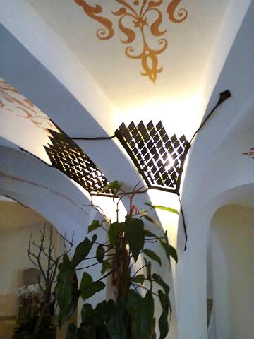 LAMPADA ARTISTICA IN ROMBI BATTUTI  Lampade ad angolo in rombi di acciaio inox