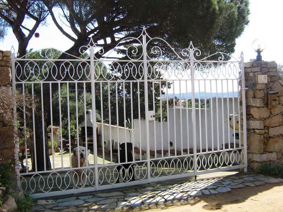 CANCELLO IN FERRO BATTUTO ARTIGIANALMENTE ED ESEGUITO IN MOTIVI RITMICI E CLASSICI cancello in ferro battuto artigianalmente ed eseguito in motivi ritmici e classici