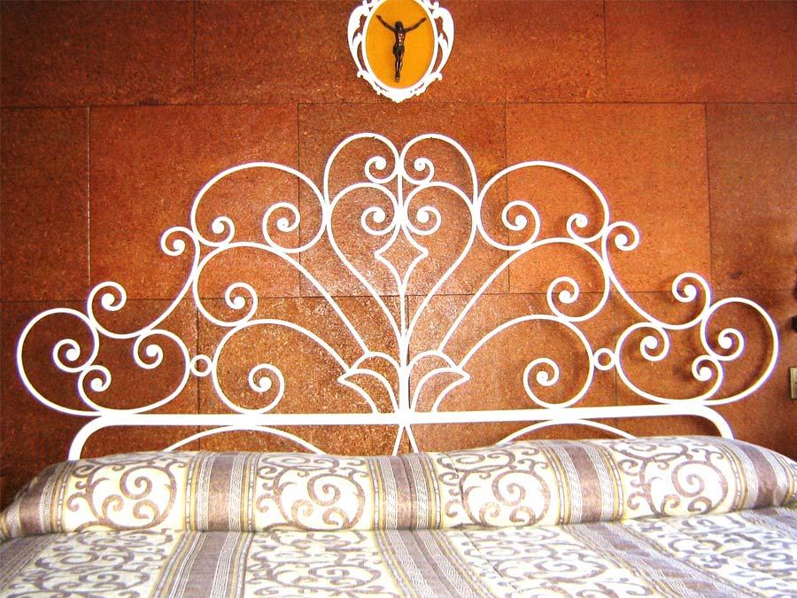 LETTO IN FERRO BATTUTO ARTIGIANALMENTE A CALDO CLASSICO MODELLO SARDO letto in ferro battuto artigianalmente a caldo classico modello sardo